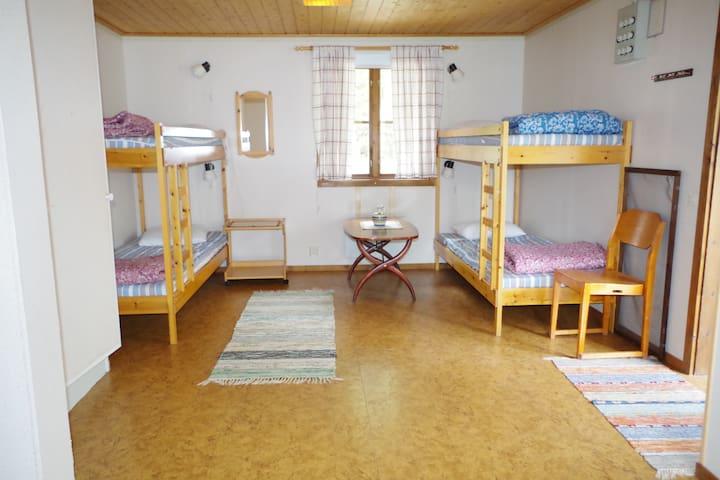Fyra våningssängar finns i stugan. Lakan ingår ej men finns tillgängligt att hyra för 50 kr.