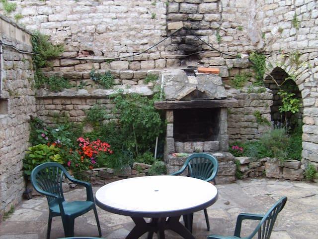 Au coeur de la cité médiévale, maison en pierre - Sévérac-le-Château - Ev