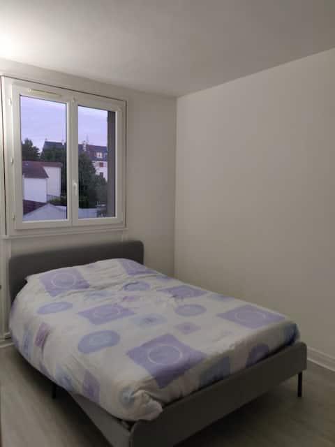 Chambre spacieuse dans logement idéalement placé