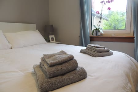 Bright&Modern Double Bedroom Close to Airport/City