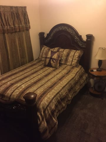 Queen room with private bath 1.5 mi from LVB/DT