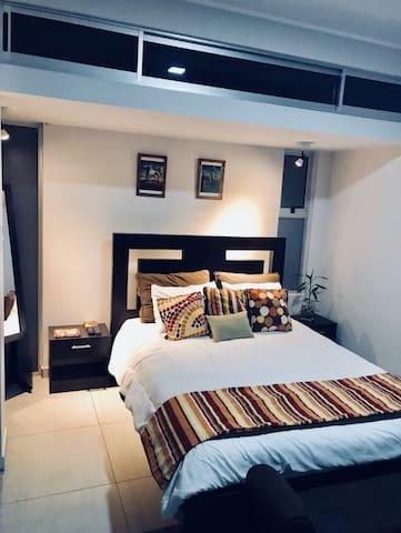 Amplio dormitorio con baño propio y Tv con cable e internet