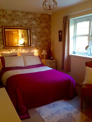 Large comfortable double room in family home. - Inverness - Hus
