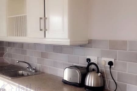 *Newly Renovated Town Centre 2 Bed Apartment* - Letterkenny - Huoneisto