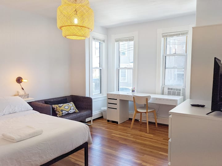 Spacious 1st Floor Private Room Close to Downtown