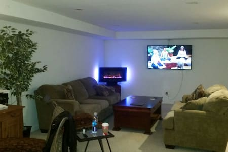 Entire lower level. Spacious, clean - Commack - Casa