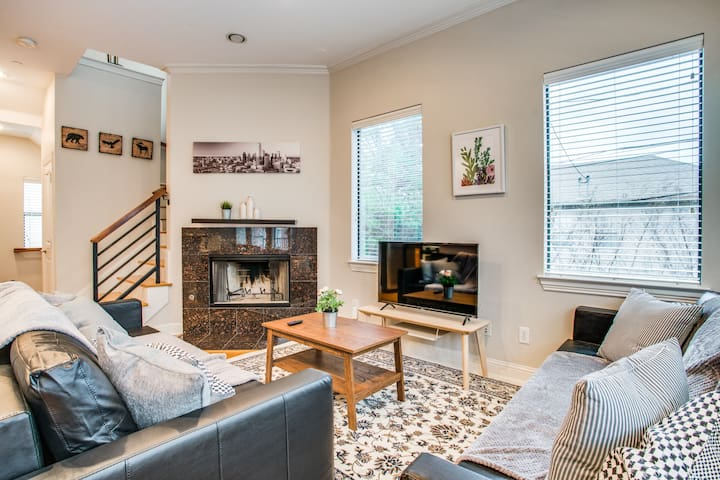✨Stunning Oak Lawn Townhouse │Close to everything✨