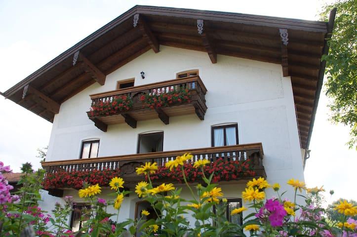 Ferien auf dem Bauernhof. Kleine Ferienwohnung - Bernau am Chiemsee - Apartment