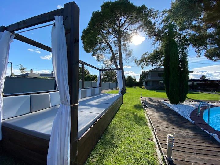 Villa de lujo con piscina decorada al detalle