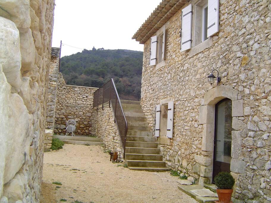 Porte d'entrée avec escaliers menant à la terrasse sud (coté Luberon)