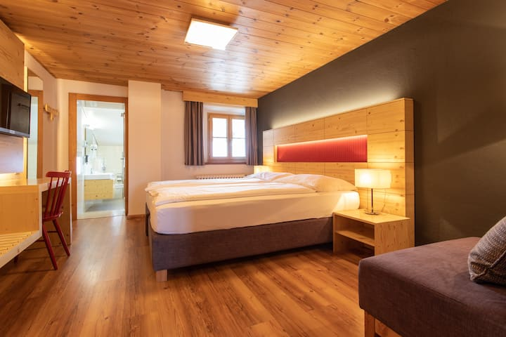Cozy mountain hotel in the historic village Guarda