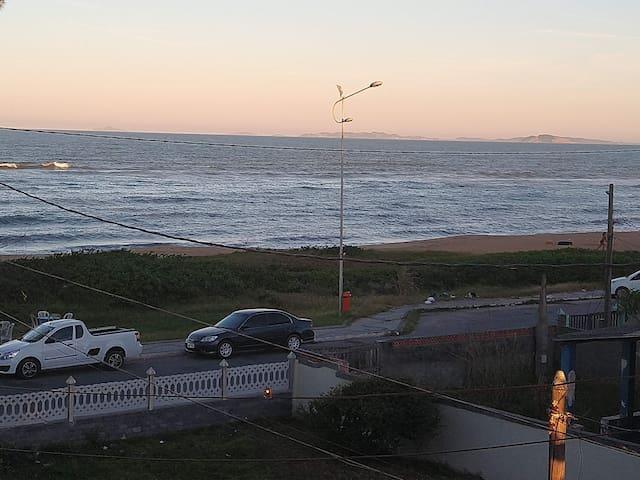 Foto tirada da janela da suíte,uma bela imagem da praia. Faça suas refeições ouvindo as ondas do mar.