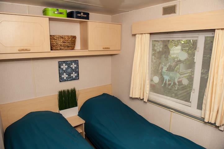 Tweepersoons slaapkamer, van deze twee bedden is evt. een 2-persoons bed van te maken.