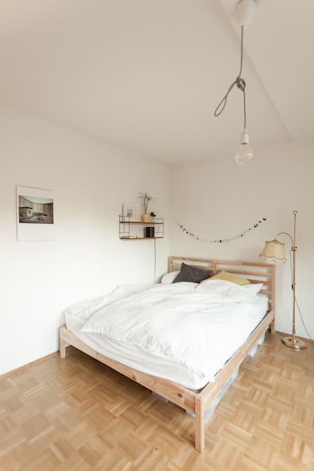 Das Bett. Es misst eine Größe von 160×200m.