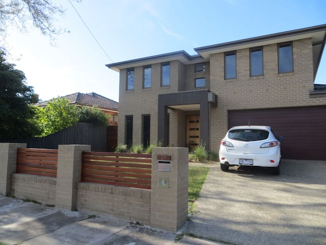 Light-filled, spacious family home in Bayside. - Cheltenham - Huis