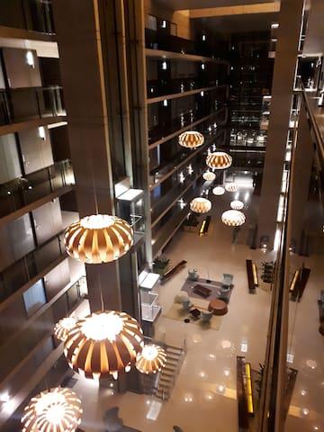 Lobby con livings para relajarse y disfrutar del espacio.