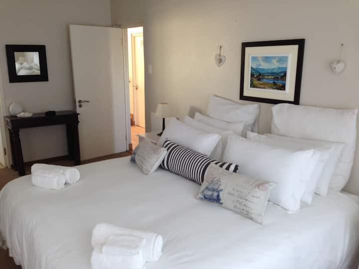 Spacious Three-Bedroom Sea Holiday Home Kleinmond