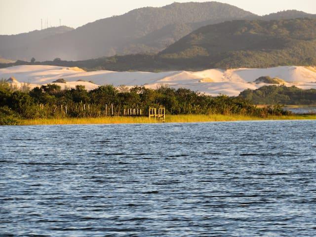Lagoa de Ibiraquera e dunas.