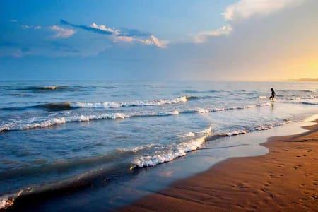 10 min walk to sandy Sauble Beach. Central a/c