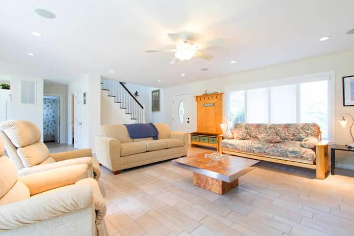 4 BR Waterfront Villa w/ View of Shinnecock Bay - East Quogue - Casa