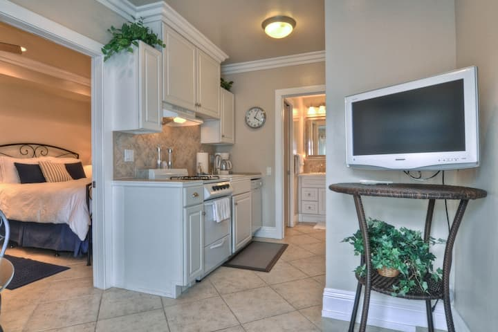 Cozy rental w/ full kitchen and ocean view, near town and beach!