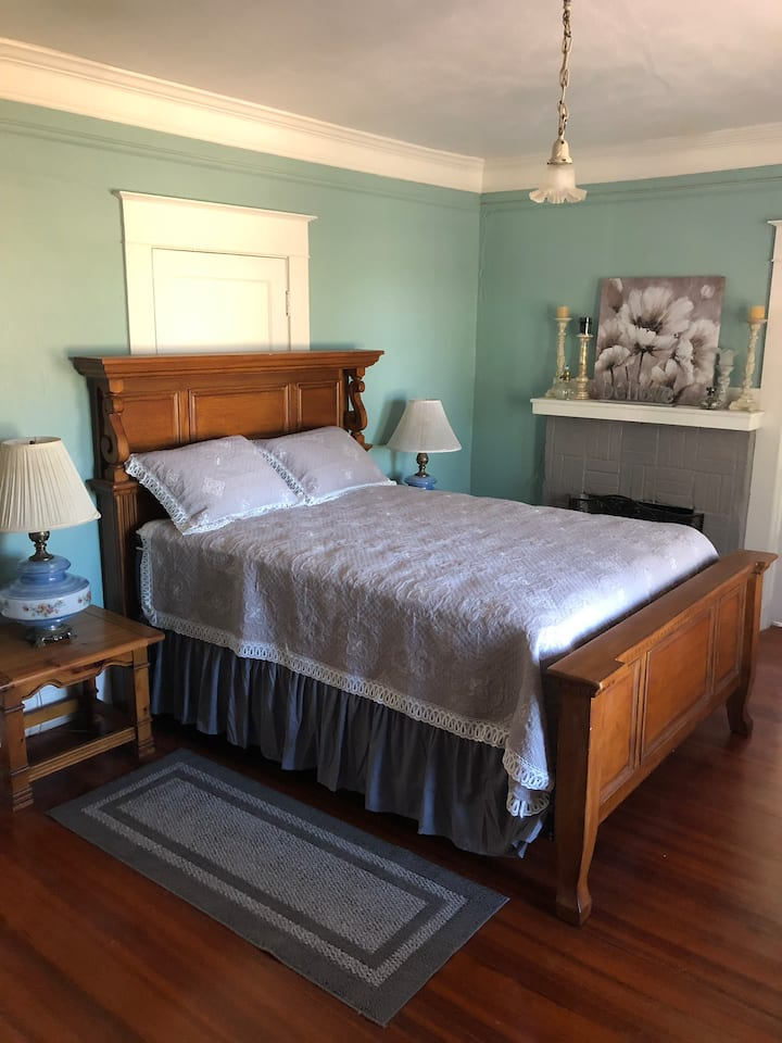 The Flagg Room at the Anding House B&B