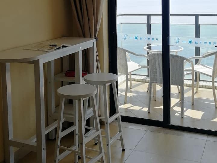 海陵岛十里银滩,保利P1栋高层一线270度无边际正海景,南向冬暖夏凉。坐在阳台上或躺在床上均可观日出