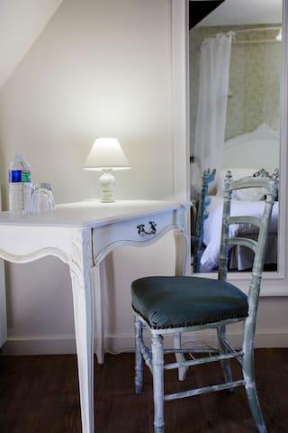 Chambre Angélique Le petit bureau/coiffeuse