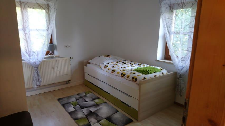 Schlafzimmer 1 Stock, Bett 100x200 mit Ausziebett 90 x 190 10m²