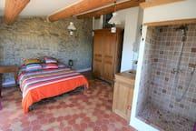 Une des chambres avec sdb intégrée