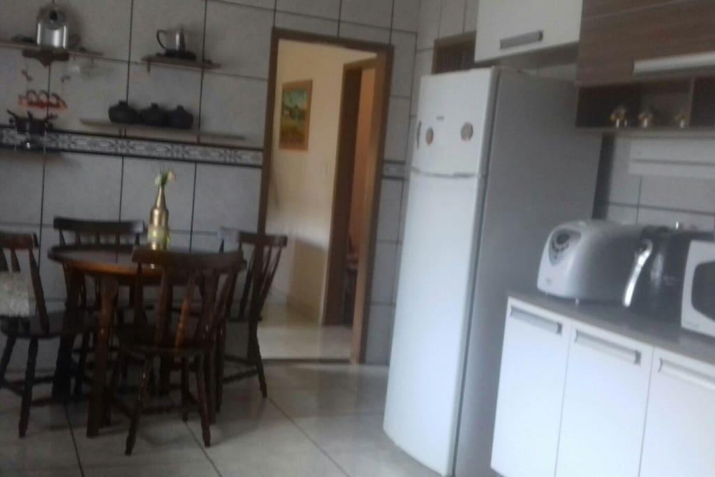 cozinha ampla com utensílios e eletrodomésticos