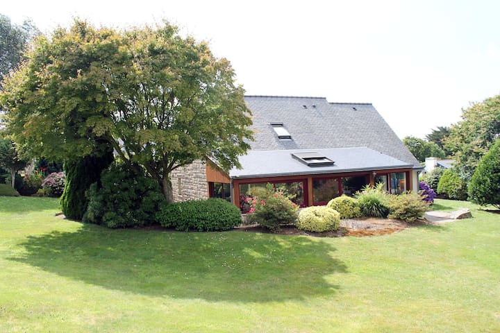 LOCRONAN - nice house & garden - close to the sea