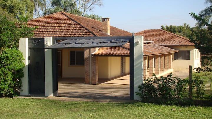 Casa e salão em zona rural com hospedagem
