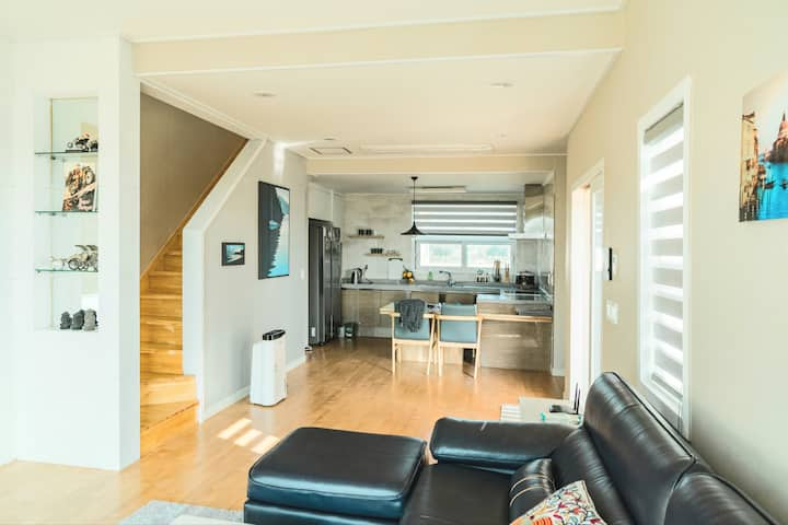 """해맞이 해안로에 위치한 단독 45평 2층 풀빌라 저택 """"종달 Ocean Panorama"""""""