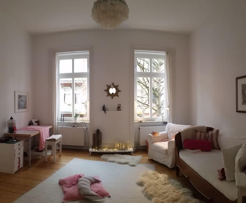 Dein Zimmer hat zwei große Fenster.....