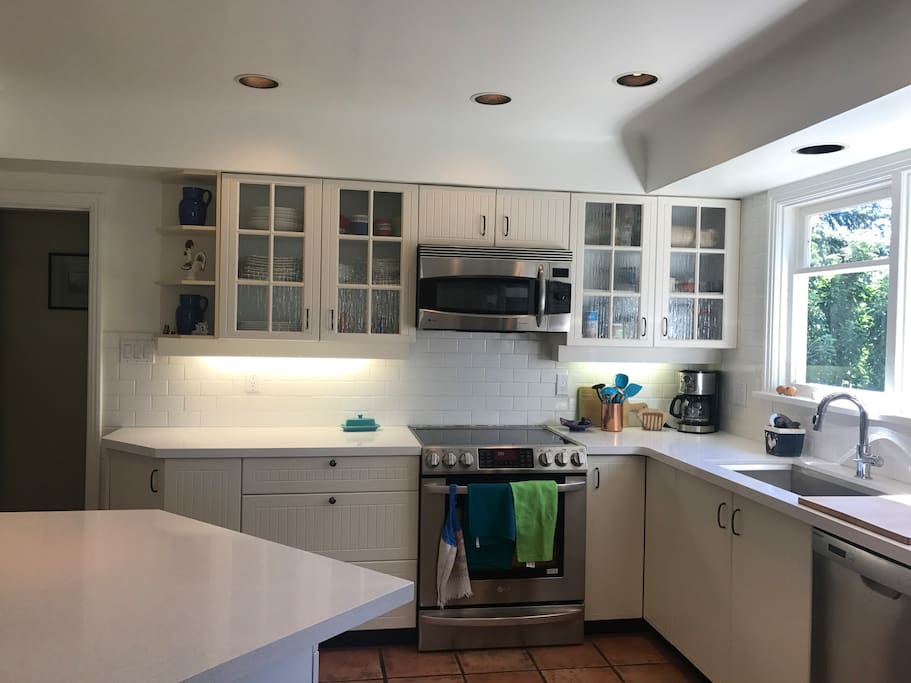 Bright large fully equipped kitchen with new quartz counters & counter sitting area