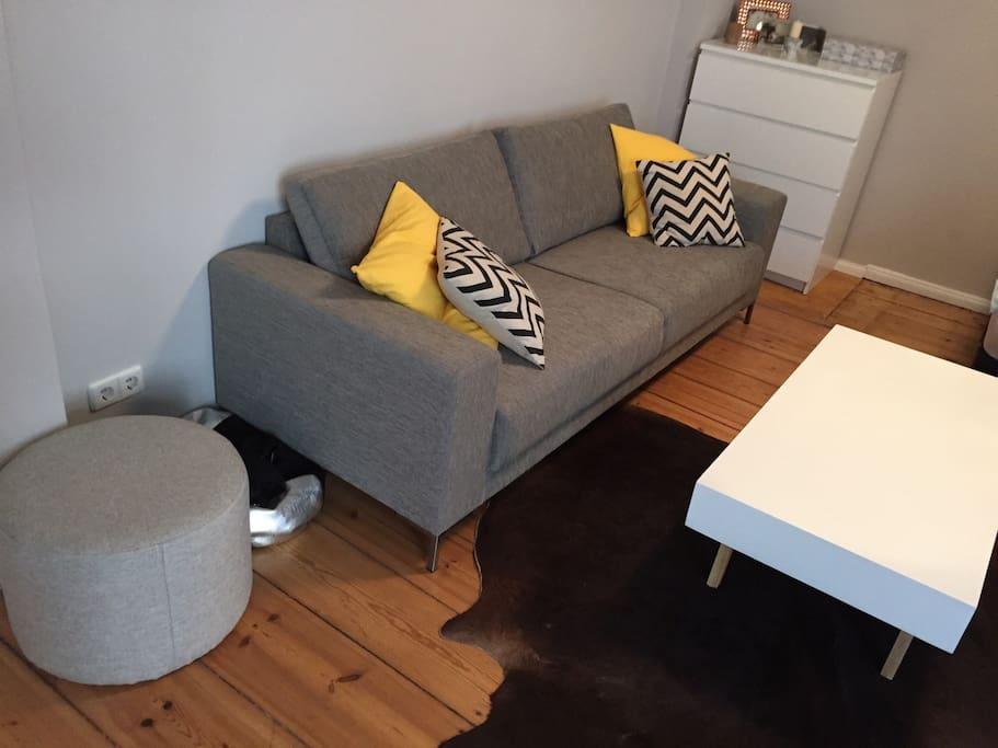 Gemütliches Sofa mit großzügigem Couchtisch
