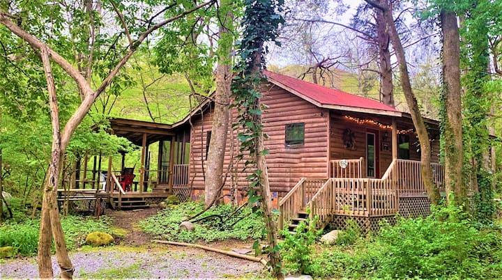 Cozy Creek Side Cabin 15 min to Gatlinburg!!!