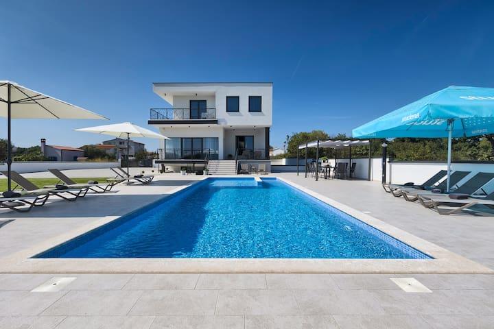 6 bedroom villa with pool