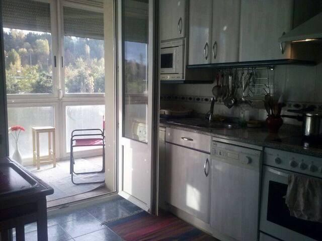 Cocina y vistas a la terraza cerrada y con orientación sur