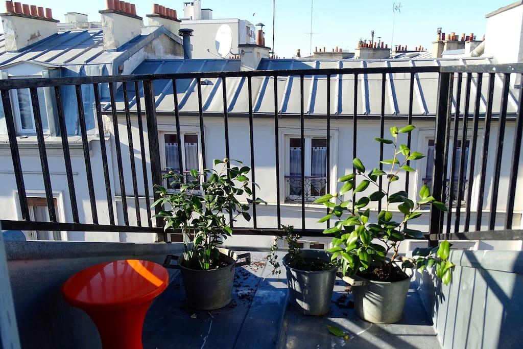 petite terrasse ensoleillée pour les fumeurs et boire un café