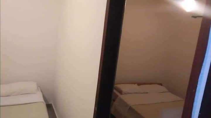 Duas camas casal com ar condicionado TV e banheiro