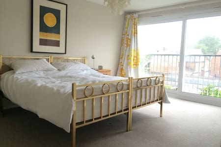 Bright, spacious family home near to Goodwood. - Chichester