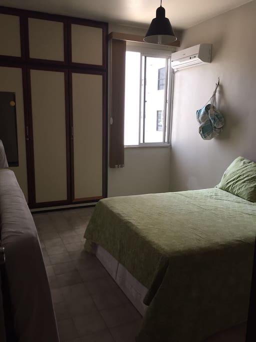 Quarto cama casal com dois colchonetes