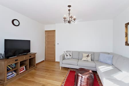 Cosy 2 Bed Family Home - London