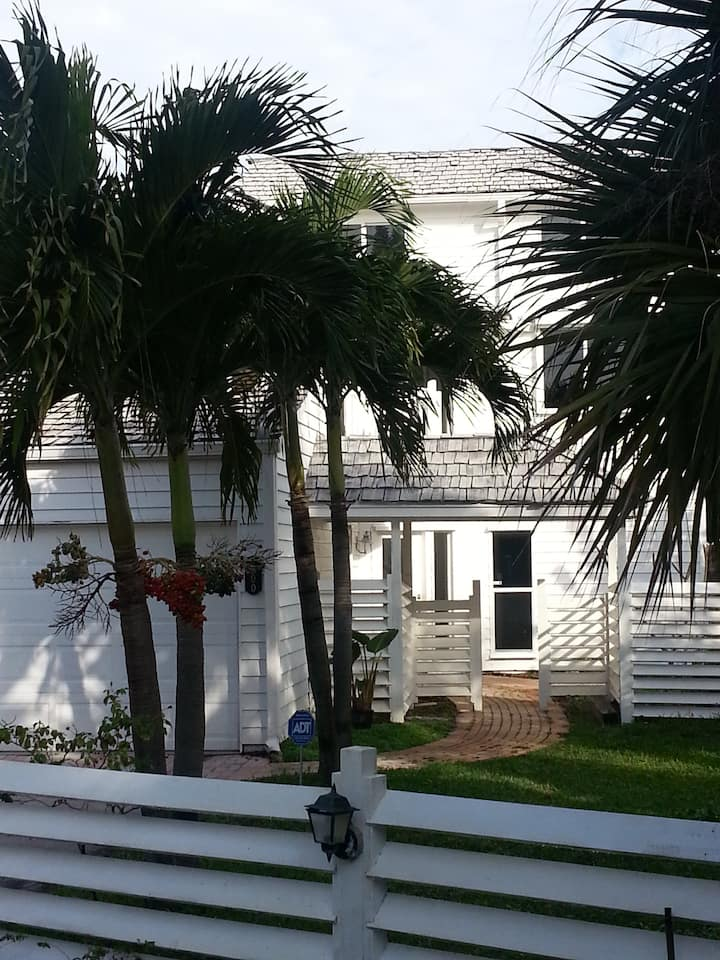 Beautiful cottage, east of A1A