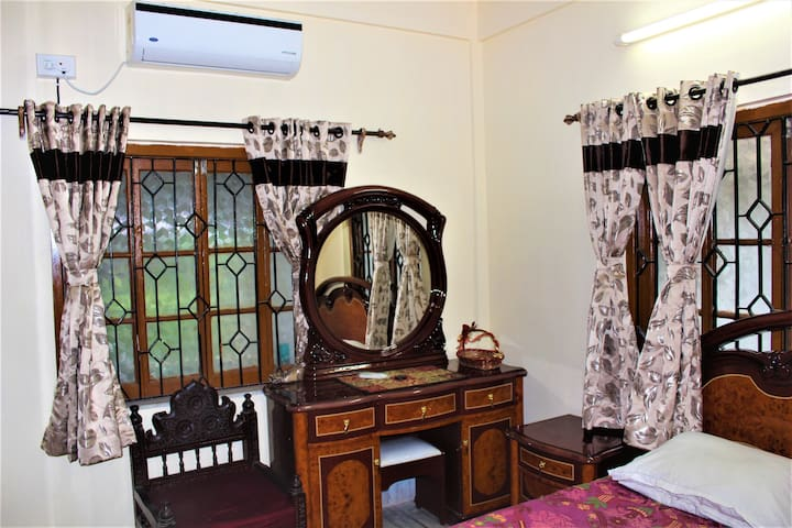 Spacious apt with Antique Furniture and AC