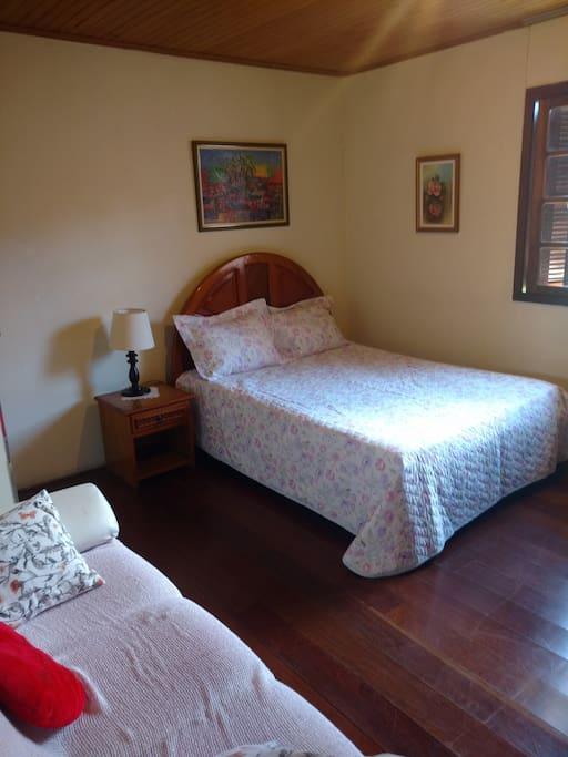 Quarto espaçoso, confortável, ventilado e claro.