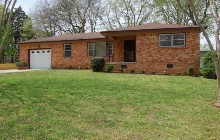 Spacious Ranch in 5-Points - Huntsville - Hus