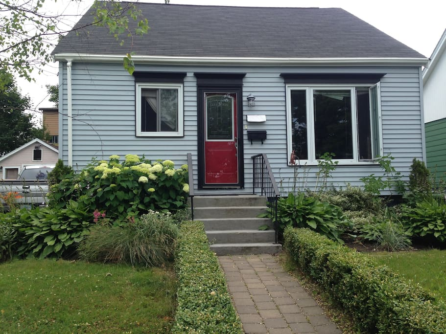 Located in the tree-lined, garden-well-kept neighborhood, this house enjoys both the freedom of noise and easy access to shopping centre and scenic spots. It is your home away from home.